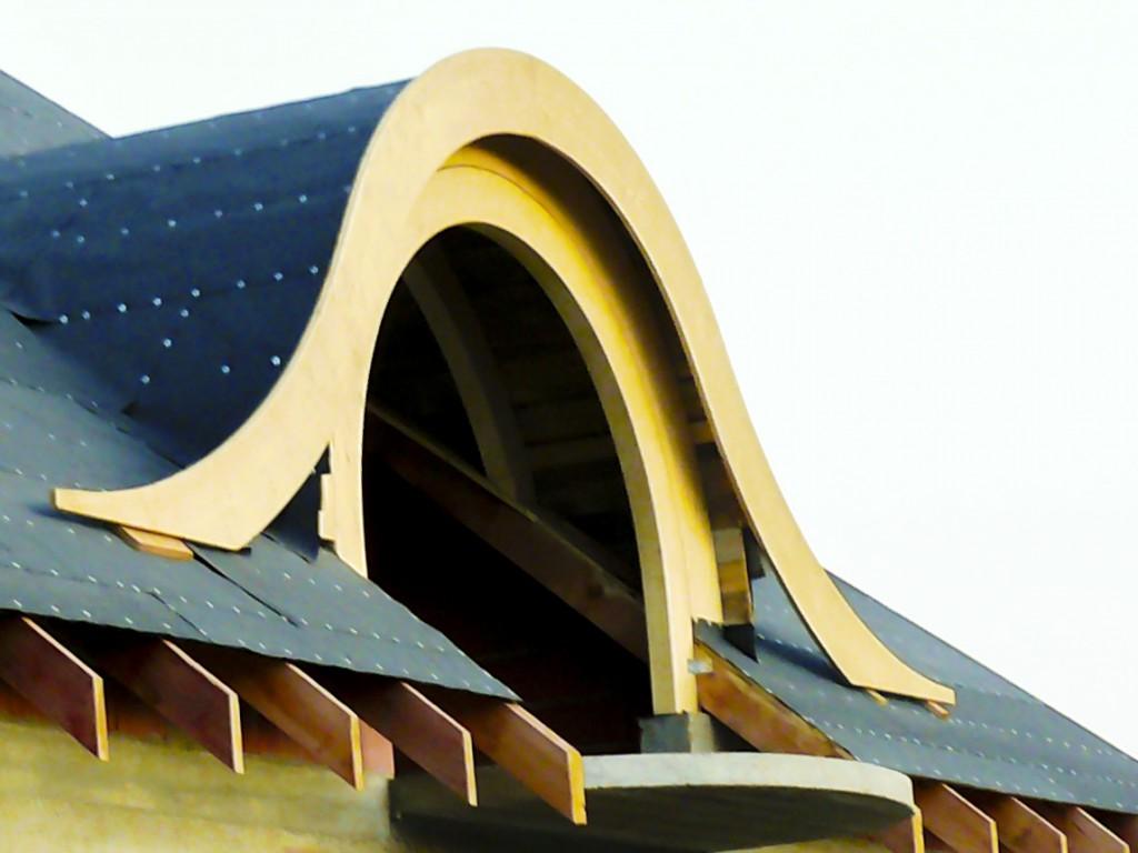 lukarna w dachu z drewna klejonego